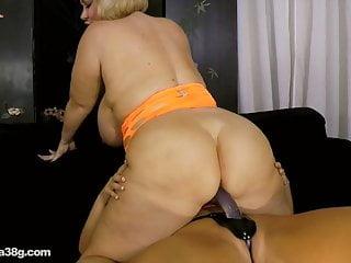 La tettona bionda Karen scopa il culo grasso Samantha 38G con cinturino