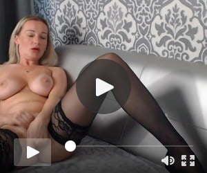 Sexy MILF masturbaiting