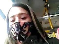 Veli v avtobusa si pipa mirizlivata sliva