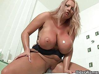 Mamma calcio matura con grandi tette scopa un dildo