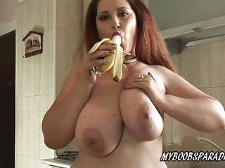 Procace Crazy Maria gioca con grandi tette e banana