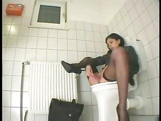 Elle se fait surprendre dans les toilettes du bureau