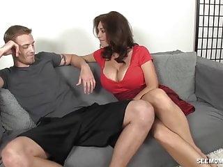 Hot Milf succhia un giovane Boner