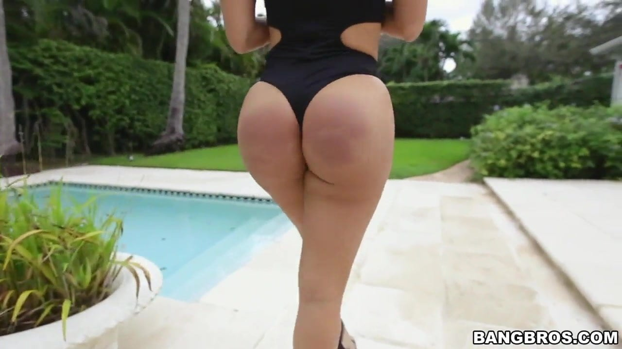 Diamond Kitty brings her huge ass for a fuck
