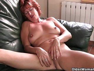 La milf britannica Liddy si masturba e si fa scopare con le dita