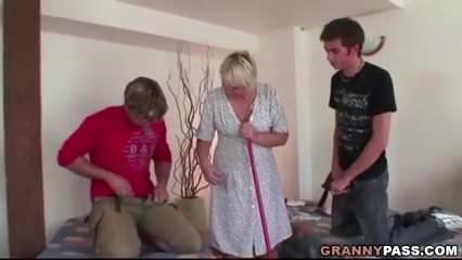 Mind a két fiával egyszerre szexelt a perverz anyuka szex videó