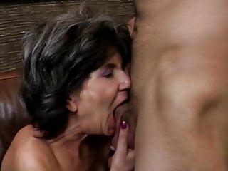 Hungry nonna succhiare e scopare ragazzo