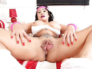 Fitness Milf Nicole Dupapillon Gives Fanny Flaps A Workout