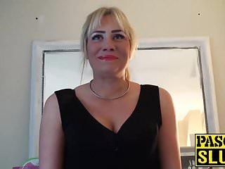 Bionda tettona MILF in calza si masturba mentre succhia
