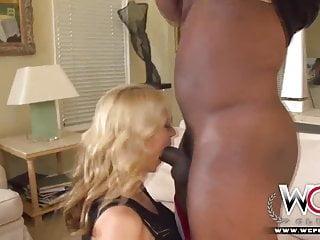 WCP CLUB La casalinga tettona è pazza di sesso anale
