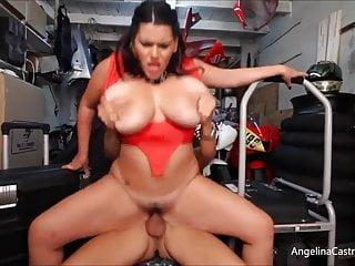 La tettona Angelina Castro Fucks prende una sborrata nel garage della bici