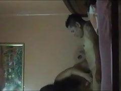 culona latina se folla a su amigo y a su marido