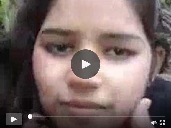 भारतीय गाँव की लड़की अपना शरीर दिखाती हुई
