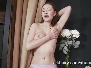 Irene si masturba la figa pelosa
