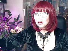Hard private show of a charming old whore with glasses!