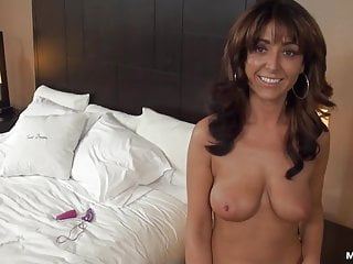 La milf residente di Amber Jane fa il suo primo video