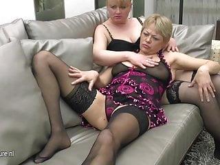 Benvenuti a una festa lesbica vecchia e giovane hot