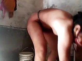 Bhabhi bathroom me nahati hui