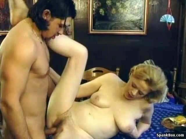 Szereti a fia hatalmas farkát a puncijában érezni szex videó