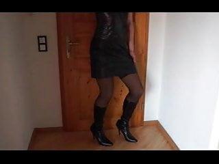 TV Nutte zeigt ihre Beine - Strapse - Nutte - Devot