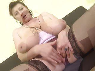 Splendida madre matura ceca con tette super