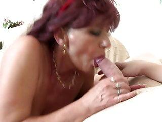 Le bombe sessuali mature mamme seducono i giovani ragazzi
