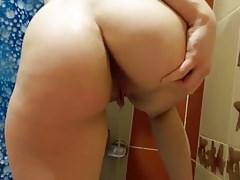 Videóra vette a 20 éves lány ahogyan pisil a fürdőszobában