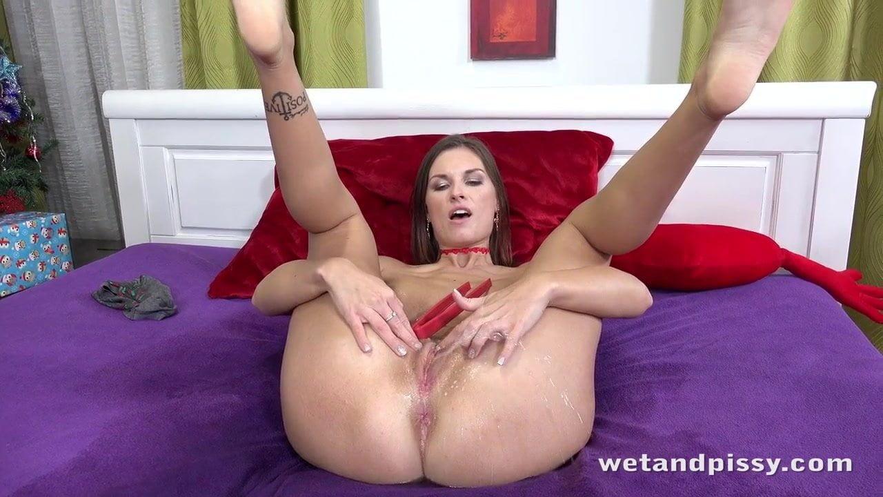Maszturbálás közben pisilő szexi csajszi