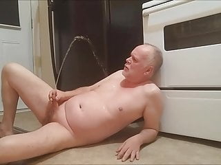 Pissing alot of piss rignt into my own mouth