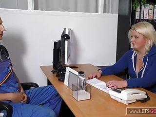 Heizungsmonteur und die notgeile dicke Chefin