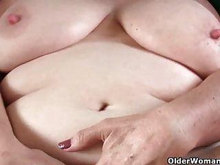 La nonna tettona deve prendersi cura del suo duro clitoride palpitante