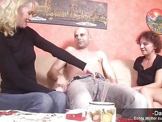 Zwei verdorbene hausfrauen machen spontan dreier zu hause...