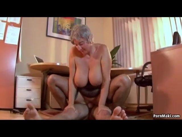 Nagymellű anyuka imád a fiával szexelni - ez kölcsönös szex videó