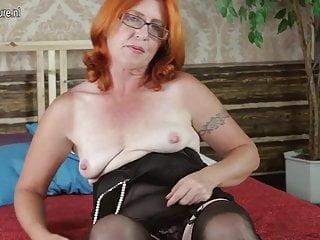 Vera nonna che gioca con la sua figa pelosa