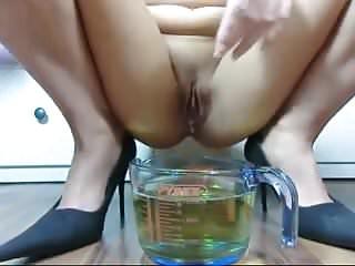 Geile Sau pisst 1 Liter und wird feucht!