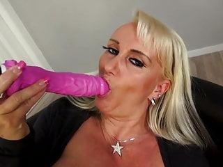 Mamma super matura con vagina molto affamata
