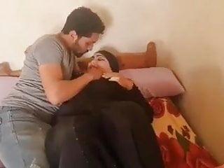 पत्नी पति के साथ मुर्गा खेल रही है