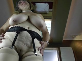 Vecchia nonna con grandi tette cadenti e fica affamata