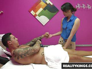 Glücklich Tugs Asiatisch Massage