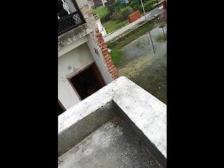 Indian Padosan Bhabhi Ko Chatt Pe Ungli Karwayi