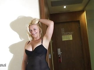 Blonde mature mutter masturbate on the bed
